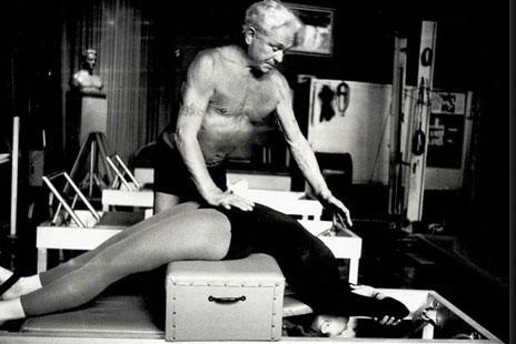 Foto Pilates als Lehrer auf dem Reformer, short box