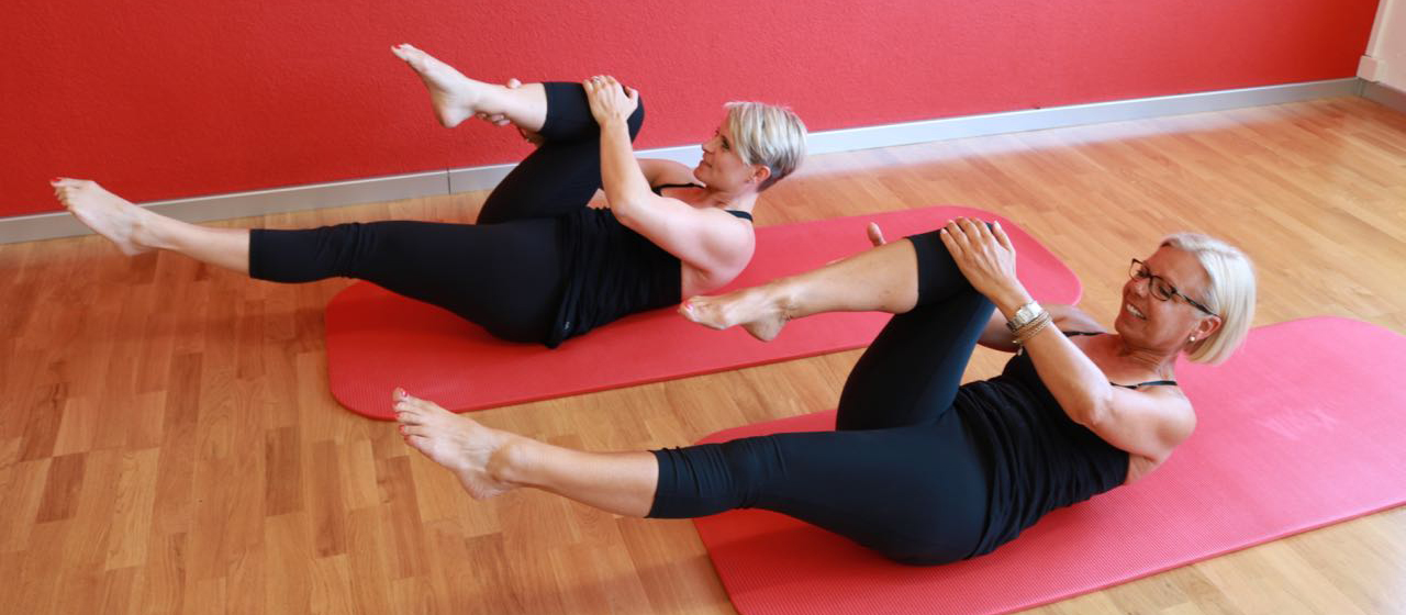 Pilates in der Gruppe, Pilates auf der Matte, single leg stretch