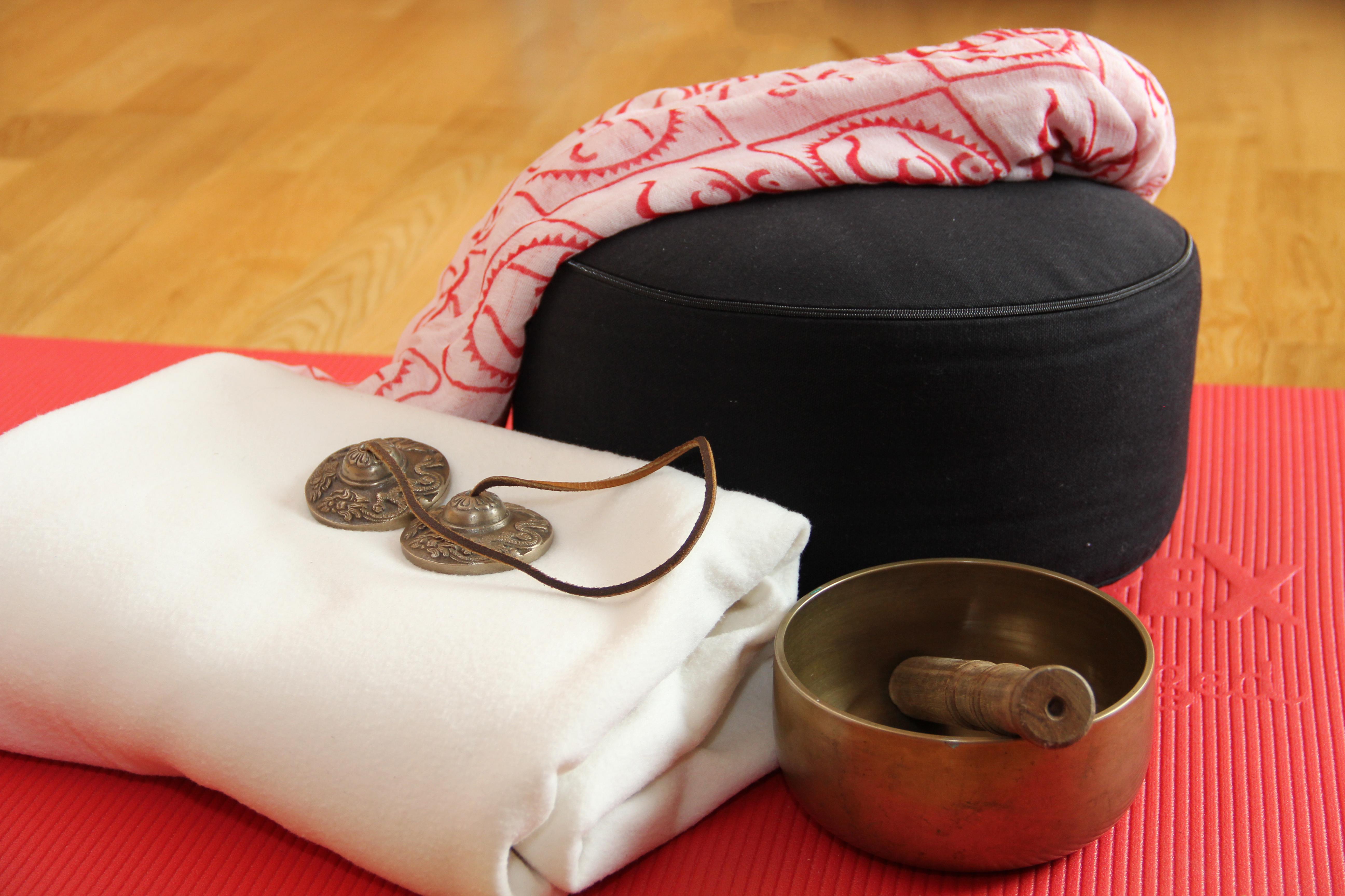 Yoga-Hilfsmittel, Sitzkissen, Decke, Zimbel, Klangschale