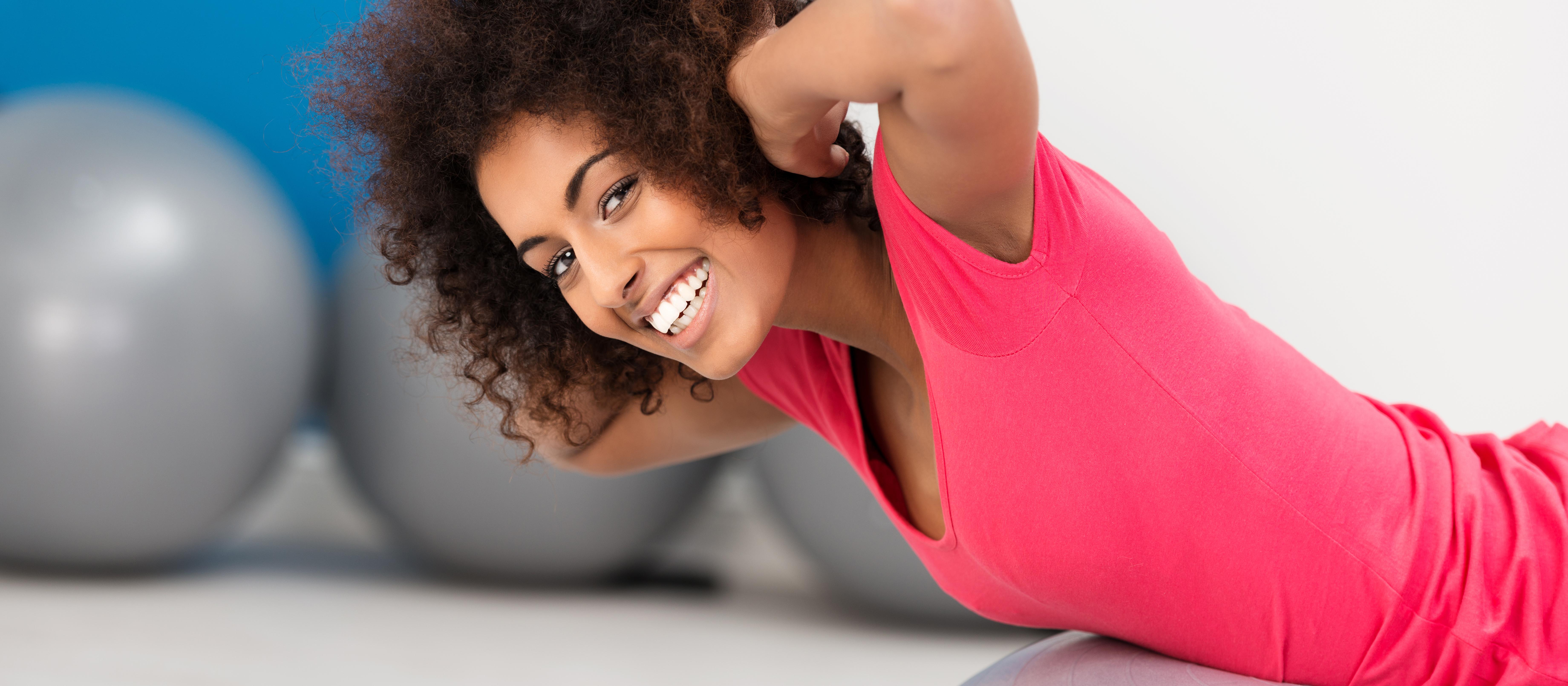 Trainierende Frau auf Gymnastikball