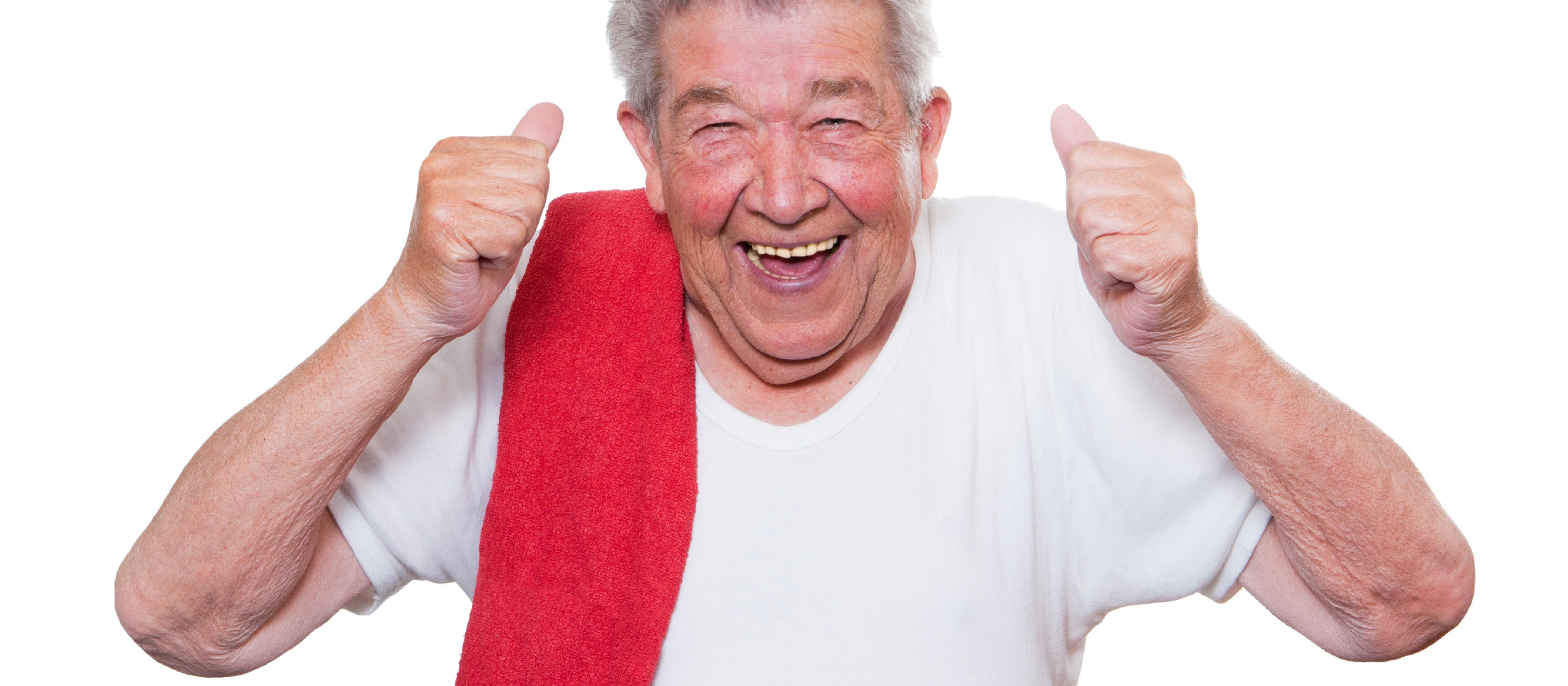 lustiger Senior mit Schwitztuch an Schulter