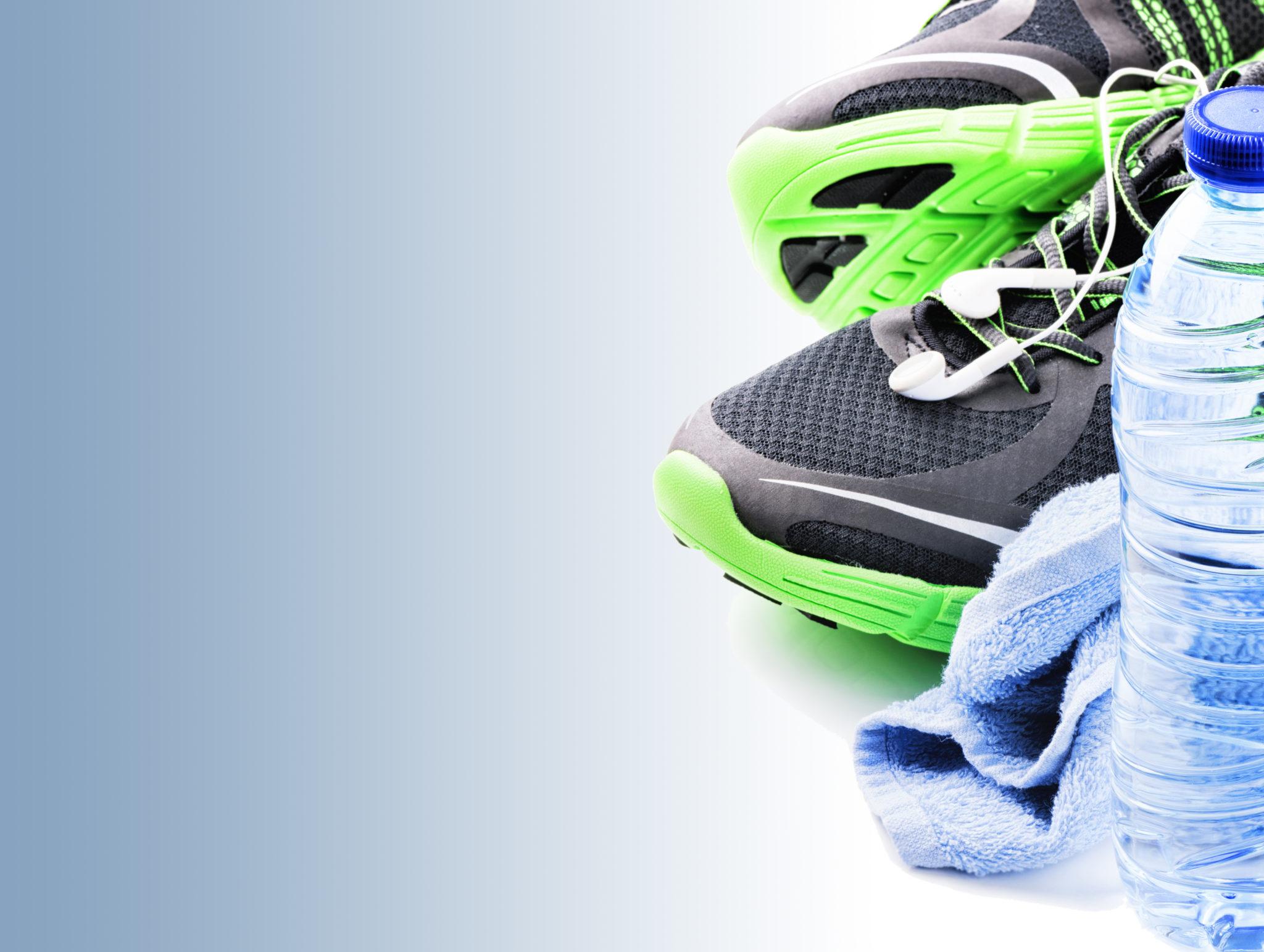 Ausrüstung für das Training, Turnschuhe, Handtuch, Wasserflasche
