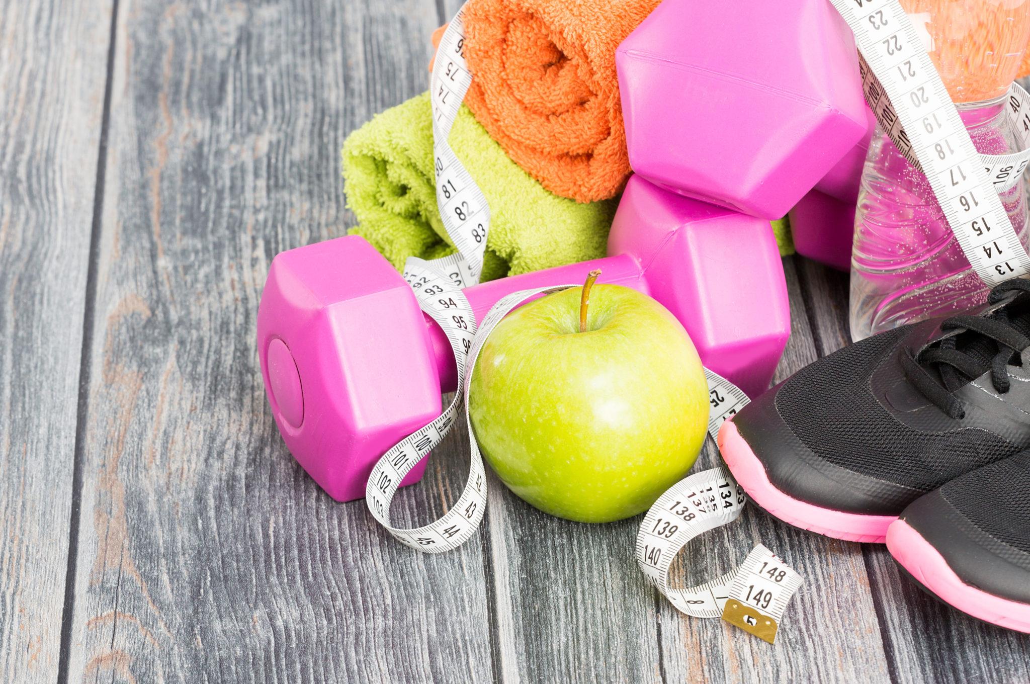 Gesundheit, Bewegung, Ernährung, Hanteln, Apfel, Turnschuhe, Messband