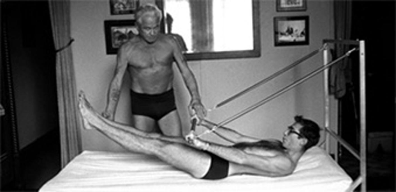 Foto Pilates im Krankenbett, Übung 100 mit Federn im Krankenbett